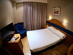 【Hotel Agumar】  まあ....部屋の中はと言いますと....真っ暗で、窓の外は....