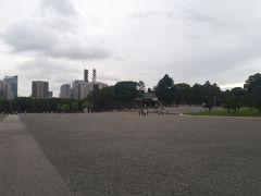 駅から徒歩数分で江戸城です。今は皇居で、観光客が入れないところもありますが。