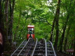 久保のバス停に戻る途中、脇道にそれた所に日本一長い観光モノレールがありました。 歩かないハイキング??座ったままで深山に分け入ってもう登山の気分です。 大人1人2000円。 2006年8月29日に開業。全長4.6km、高低差590m、最大傾斜度40度、最頂標高1380m、乗車時間65分、結構傾斜がキツイのはジェットコースター並ですが、速度は時速10キロしか出ません。早歩き程度? 下界は暑くても上は寒い。長袖は必須ですね。  途中トイレも休憩も無いので、まず用を足してから乗るよう促されます。