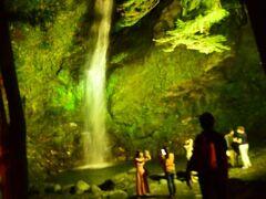 近くの「琵琶の滝」もライトアップされていました。なかなか神秘的な光景です。  近所の宿からも結構大勢見物に来ています。