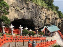 この階段を下った先の洞窟に、本殿があります。