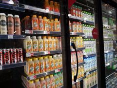 Kailua Rd&Hamakua Drというバス停でおります。  ちょっと歩いてWhole Foods Marketへ。  大好きなジュース売り場。1つ5ドルとかするけど、3日目ともなると金銭感覚がバカになってるから、日本で言う200円くらいの感覚で買っちゃうw