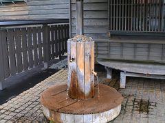 旭川に向かう途中、増毛の国稀酒造に立ち寄り「国稀「を調達する。  店舗兼、酒蔵の横には、仕込みに使われる湧水がある。 近隣の人達が、水をタンクに詰めて持ち帰っている。 この水は、暑寒別山系の湧水だそうだ。