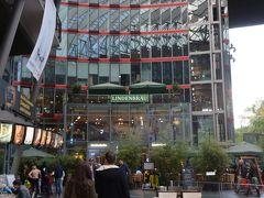 <リンデンブロイ>  その一角にあるリンデンブロイ。 今日は寄らずにポツダム広場駅へ行きましたが 2017年のベルリンマラソン旅で食べました。  量が多かった記憶です・・・。 その時の旅行記はこちらです。 ◆ミュンヘンオクトーバーフェスト・ベルリンマラソン・ヘルシンキ10日間一人旅(5)【ベルリン市内とポツダム編】 https://4travel.jp/travelogue/11290595