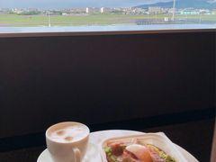 窓際の席で朝食をいただきました。  ベーコンエッグアボカドトースト、味はとても良いのですが、卵が半熟でこぼれ落ちるのでとても食べにくい。