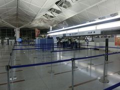 7時40分離陸なので6時に空港に来てみました だぁれもいやしない、受付開始まで30分くらい時間をつぶしました。