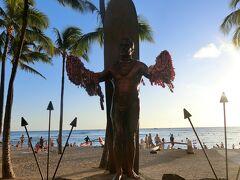 クヒオビーチにやってきました。 カハナモク象です、ハワイに来たからには、この写真は撮らないとね って逆行で、顔が写っておりません。