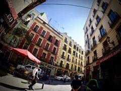 【マドリードの街並み】  さて、(前頁日記より)1906年からエビ一筋、アヒージョの専門店=La casa del Abuelo=(マドリード/スペイン)を食べた後....