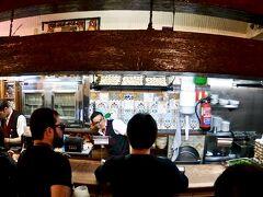 【Mesón del Champiñón(メソン・デル・シャンピニオン)】  店は狭くて....  (この時間帯は暗くてひっそりでしたが、スペイン人は夕食が遅いので、20:00以降はすごい数のお客で賑わっているとの事)