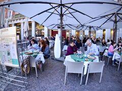 【=マドリ、散策=】  この広場内にも、カフェ兼レストランが店を広げています~  ただ、冬場なんで...ブラジルから来た私どもには...寒々としていて(日陰だし)...