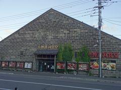 さて、たいしてお腹は空いてないけど夕ご飯!  小樽運河食堂が目の前に・・・ 道路を渡って行ってみよう