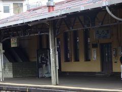考えた末、小樽駅から電車に乗ることにしたよ♪ 小樽→小樽築港    札幌方面に乗って二駅です  小樽駅の4番ホームは裕次郎ホーム 小樽にゆかりのある石原裕次郎さんが1978.5.15にここに降り立ったのを記念して 駅開業100周年時にパネルが置かれたそうです