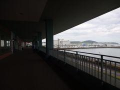 小樽築港駅からショッピングモール・ウイングベイまで歩きます 屋根がず~っと続いてるから雨でも安心!!
