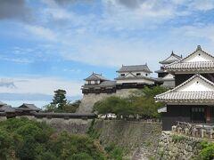 松山城・・・21棟もの重要文化財が残る難攻不落の名城  典型的な連郭式平山城で、連立式天守を有する城郭として知られています  城の中には難攻不落の仕掛けが数多くあり、急な階段上れば天守最上階より美しいパノラマビュー体験することができます