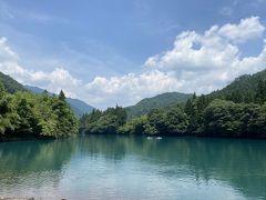 まず訪れたのは四万湖。 四万ブルーを期待していたが、それほど青くはなかったです。 カヤックをしている人もいました。 夏にはぴったりのアクティビティですね。