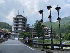 橋の向こうに見える宿が今回の宿泊先。 四万グランドホテル。