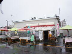 11時になり本当の目的地へ!  十和田名物のバラ焼きが食べられるお店です。 「司 バラ焼き大衆食堂」さん!  雨が降ってるので写真にカサが入っちゃった(>_<)