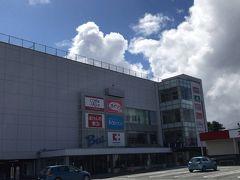 河口湖ショッピングセンターベル。 スーパー、ドラッグストア、100均、文房具、書店、衣類と一通りの買い物ができる。