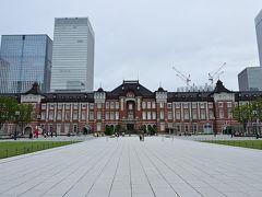●東京駅丸の内駅前広場  それなりに離れてみたものの、駅舎の長さが南北に約330メートルもあり、フレームに全然入り切らん(笑)  ちなみに、駅舎の復原に合わせここ「丸の内駅前広場」の整備も行われ、なんだかスッキリとした空間になりましたね。