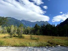 開けた場所に来ました。  ここは、田代湿原です。 奥の山々は、穂高連峰。