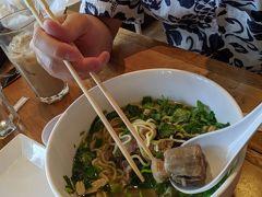 お腹空き過ぎてオックステールスープwithサイミンを。 美味しいじゃん!また食べたい! お箸の持ち方直そうね、ボク。