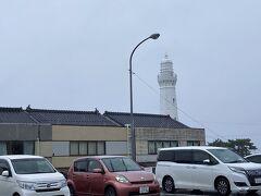 そんな中、出雲日御碕灯台まで来てみましたが・・・雨がひどくて車から降りる気になれず。。。 駐車場から遠目にパチリ。 また来ることもあるでしょうし・・・次は陸路で自走かな(´ー`) この雨の中、散策しても仕方ないので、松江の方に戻りますかね。。。
