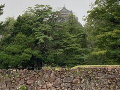 松江城へ。 ・・・雨が止む気配がないので、遠目に眺めて終了。 なんだか、こんなにモチベーションが上がらないのは久しぶりかもです(・_・;) 雨のせいですかね。。。
