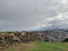 本丸跡からの眺めは良いですね(^-^) 天守閣は天守閣で素晴らしいですが、城跡から思いを馳せるのも良いものです。  見晴らしが良いので、雨が近づいてきているのも見えてしまったので・・・、