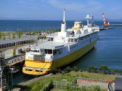 青函連絡船メモリアルシップ・八甲田丸  昼食後、メモリアルシップ・八甲田丸に乗船した。もっとも、退役した八甲田丸を博物館として青森港に係留展示しているものです。