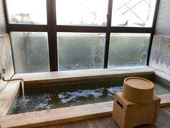 今夜は源泉かけ流し風呂付の特別室。 東海汽船株主優待券で半額だった。4人で2部屋予約。  部屋のお風呂の窓にも足場が組まれてて、三原山がよく見えず。 源泉が熱いのでお湯をはって一晩たって入るのが適温だった。