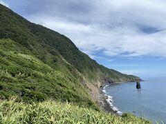 高さ30メートルの筆島。 古い火山が波、に削られてマグマの通り道で固まってしまった岩が海の取り残されたたもの。 この一帯のオタイ浜は日本の渚100選にも指定されている。