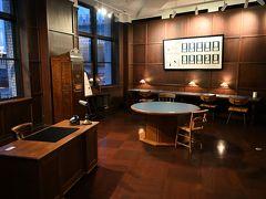 ●旧東京中央郵便局長室  まずは建物4階の「旧東京中央郵便局長室」へ。 ここには東京中央郵便局の局長室の一部が再現されており、部屋の中は当時の雰囲気のままに。