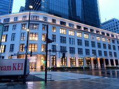 ●KITTE (キッテ)  館内の見学を終えしばし部屋でゆっくりし、陽が落ちてきたところでぼちぼち行動再開。  向かったのは、駅舎の南側に建つ「KITTE」という施設で、元々は1933年に竣工した旧東京中央郵便局舎を、再開発に伴い一部保存した建物になります。