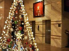 ホテルのエレベーター前。まだクリスマスのデコレーションがされてますが、海外は結構1月でも飾っているところ多い気がします。 香水というか柔軟剤の香りというか、個人的には海外の匂いと呼んでいる、独特な香りが強かったです。でも、ちょっと名残おしい。