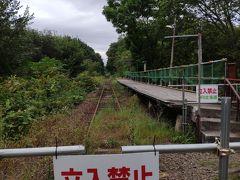 砂利道を降りると駅がある。 近隣に民家はない。 森の中の駅。  昔は、近くに、月形炭鉱があり、ここから、石炭を積み出していたそう。