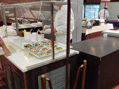 新富良野プリンスホテルの朝食 コロナ禍での朝食は、すべて小皿に盛り付けてあり、サラダのドレッシングまで、スタッフがかけてくれる。