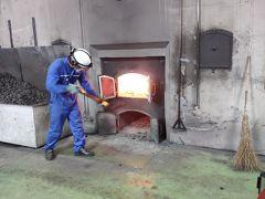 土曜日だけど、工場稼働日だった。 工場で働くのは20人しか、いないそう。 石炭で熱するのは、世界でもここだけとのこと。 蒸気機関車のように、石炭を満遍なく投げる技術は必要なく。何度か投入したら、トンボみたいな道具で慣らしていた。