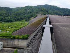 山の中を通って、忠別ダムへ。 ロックフィルが見える。 堰堤の上は、歩行のみ可能。