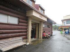 8月27日午前11時過ぎ。箱根登山鉄道の終点、強羅駅にやってきました。 あいのくの雨模様ですが、雨が降っていなかったらバスで小田原へ帰っていたので、登山電車に乗ることになったのも雨のお陰かと。
