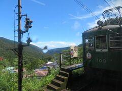 上大平台信号場で対向電車(モハ109)と行き違い。 2019年の箱根登山鉄道開業100周年記念事業として開業当時の塗装になった電車だそうで、行き先方向板も手書き板を掲げているそうです。