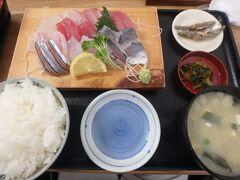 お刺身定食を食べました!!  魚市場の近くだけにお魚が新鮮でとても美味しかったです!!しかもかなりリーズナブルです♪お刺身定食は1500円くらい、アジフライ定食は850円! こんな食堂が近所にあったら毎日通っちゃう^^