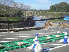すぐ近くの岩本橋です。7月の集中豪雨で河岸が一部陥没。未だ復旧していません。