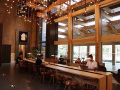 カウンターと反対側には、ポートランド発のコーヒーショップ「スタンプタウン・コーヒー・ロースターズ」の日本1号店が。 エースホテルと一緒に日本までやって来たのね~♪ 実はこのカウンターやソファー席は、24時間、ホテルやカフェの利用者に限らず誰でも自由に使うことができるオープンスペースなんですって。 だから、通りすがりにちょっと休憩!!なんて使い方もOKよ~。 でも、利用者としてなかなかそういう使い方は、し辛いのが本音。  https://kyotopi.jp/articles/fOSpr