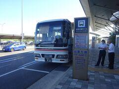 出雲空港からは松江駅行きと出雲市駅行きの連絡バスが出ている。 私が乗ったのは出雲市駅行きのバス。 ターミナル内の券売機でチケットを買って、運転手さんに渡して乗り込む。
