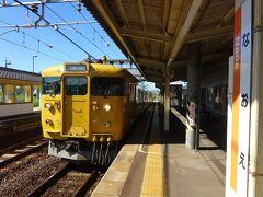 しばらくすると、電車がやってきた。米子経由、伯備線の新見行き。 岡山(&山陰)地区と山口地区で幅をきかせている、黄色い115系電車。 2両編成のワンマンだった。