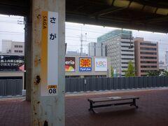 佐賀駅。父方祖父の出身地で、親戚も多いので自分にとっては馴染みの土地。佐賀駅スルーするのも初めてかも。かなりの客が降りて乗りました。意外かもしれませんが、佐賀駅の乗客数は、同じ九州の県庁所在地の宮崎駅や長崎駅よりも多かったりします。