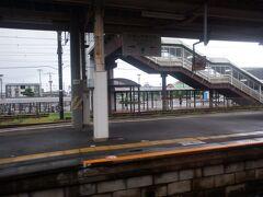 肥前山口駅、長崎本線と佐世保線が分かれる交通の要衝ですが、駅前は割と変哲のない光景。