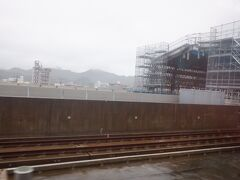 武雄温泉駅、目下新幹線建設中ですね。武雄温泉~嬉野温泉~新大村~諫早~長崎と長崎新幹線が2022年度中に開業予定ですが、武雄温泉~佐賀~新鳥栖は目途が立っていません。佐賀県、特に佐賀市周辺は新幹線建設に対して冷ややかです。この辺りの話は親戚からもよく聞きます。   結局特に嬉野温泉なんて鉄道通っていないし、新幹線開業大歓迎なんですけど、佐賀市周辺って割と博多駅まですぐ着くので、新幹線開業によるメリットよりも、地元負担や経営の切り離しなどのデメリットの方が大きいと考える人が多いんですよね。   この辺りは、新幹線新規開業で盛り上がりまくっている福井県とは大違いです。