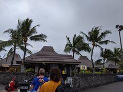 コナ空港かわいい。 この頃はまだコナにもJALが運行していました。 転職の合間に企画した今回の旅は、6週間でハワイメイン アメリカ西海岸にも滞在する予定でした。 2月ー3月で日本国内の感染者が増加し、出発する頃にはアメリカ入国できるのか微妙な状況。 ハワイ島に出発したこの日も朝のニュースで、unnecessary travelの延期が要請されていました。でもハワイではまだ感染者が少なく、飛行機もほぼ満席で遠い本土の話という空気感でした。