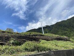 すぐ隣に十字架とオタイネの碑。 江戸時代、徳川家康によるキリシタン禁止令により、ここ大島に流されたジュリアの信仰をたたえている。